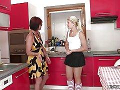 داغ بالغ و نوجوان صحنه لزبین در آشپزخانه